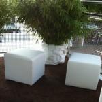 (Art.Nr. 3016) Hocker weiss Kunstleder, 40 lang x 40 breit x 40cm hoch. Der Hocker eignet sich hervorragend für eine gemütliche Lounge-Ecke oder als Sitzgelegenheit bei geringem Raumangebot.